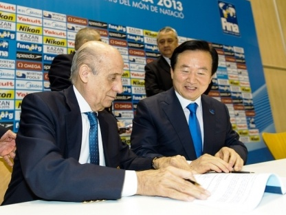 Julio C. MAGLIONE. FINA President (L), with KANG Untae, Mayor of Gwangju (R) signing the contract between FINA and the South Korean city which has been awarded the 2019 World Aquatics Championships